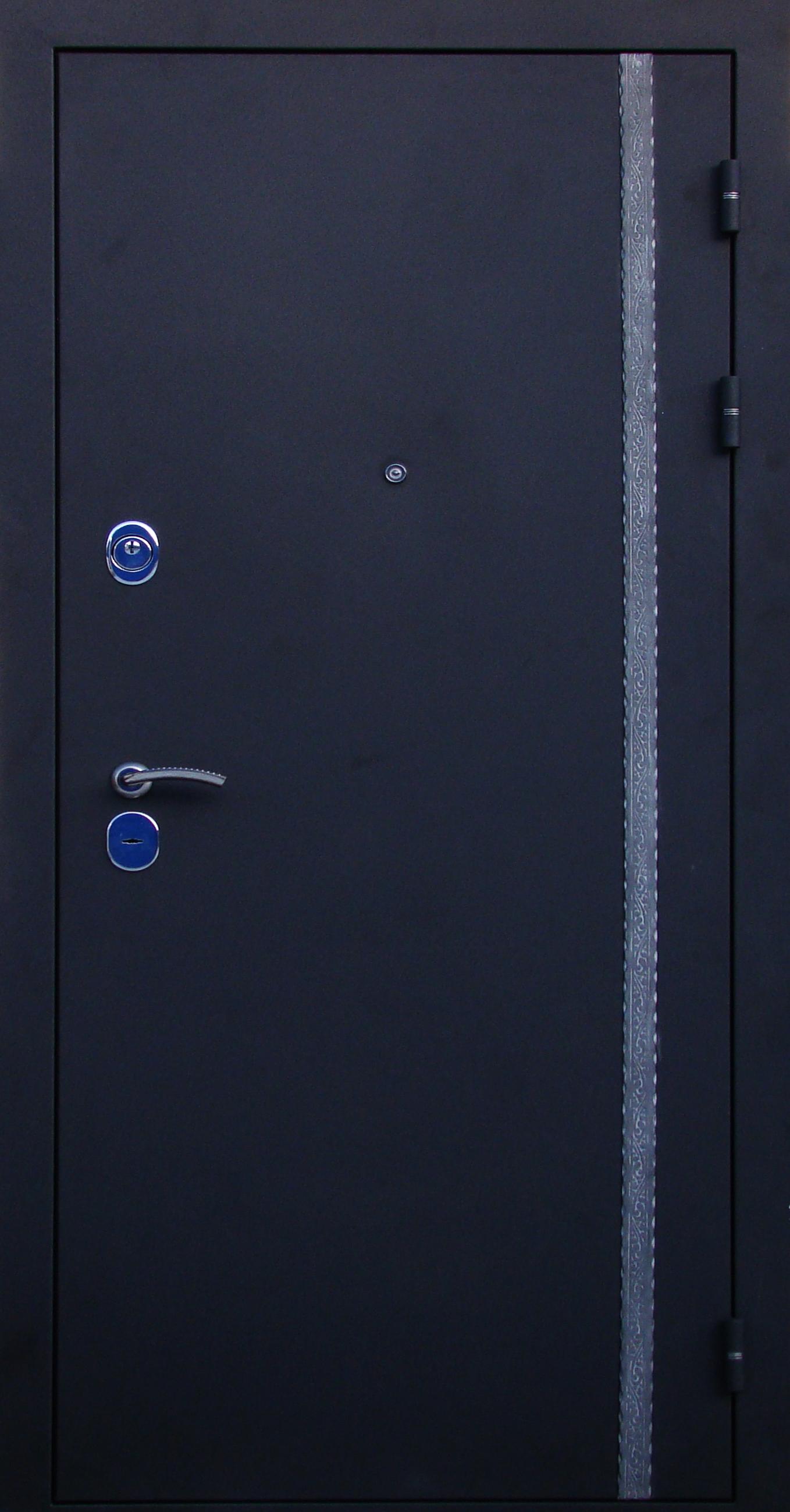 белая металлическая дверь с черной ковкой